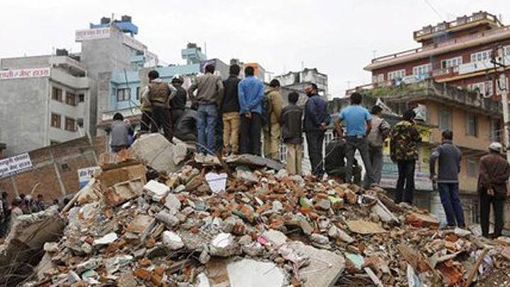 Nepal reconstruye viviendas y prende velas un año después del terremoto
