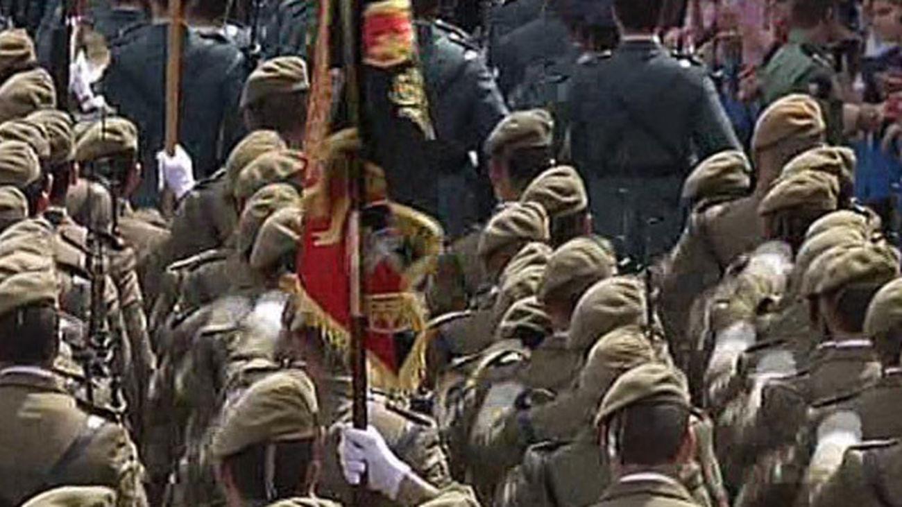 Miles de madrileños han asistido en Sol a la parada militar en recuerdo de los caídos