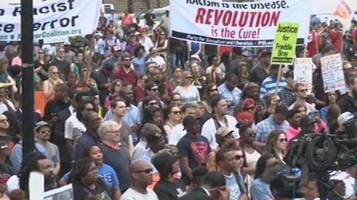 Miles de manifestantes marchan en Baltimore tras la imputación de policías