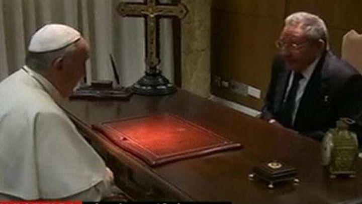 El Papa y Raúl Castro mantienen una reunión histórica en el Vaticano