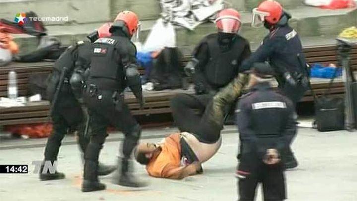 La Ertzaintza detiene en Vitoria a 3 miembros de Segi protegidos por un 'muro popular'