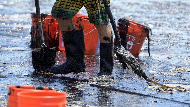 El gobernador de California declara el estado de emergencia por el vertido de petróleo