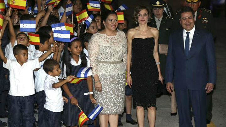 """La Reina muestra su """"implicación directa"""" en el """"compromiso"""" de lucha contra la pobreza"""
