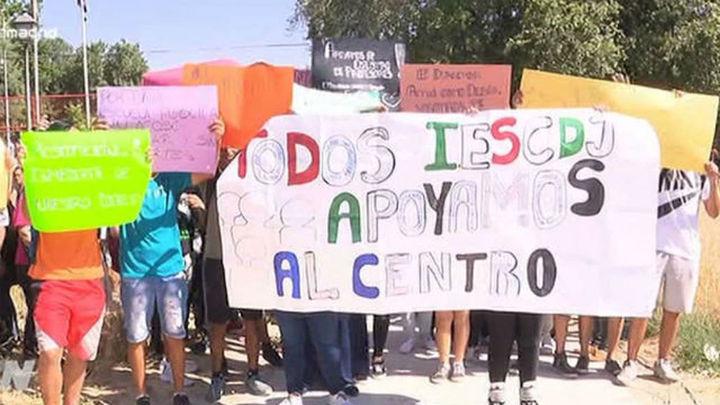 Padres y alumnos del 'Ciudad de Jaén' se concentran a las puertas del centro