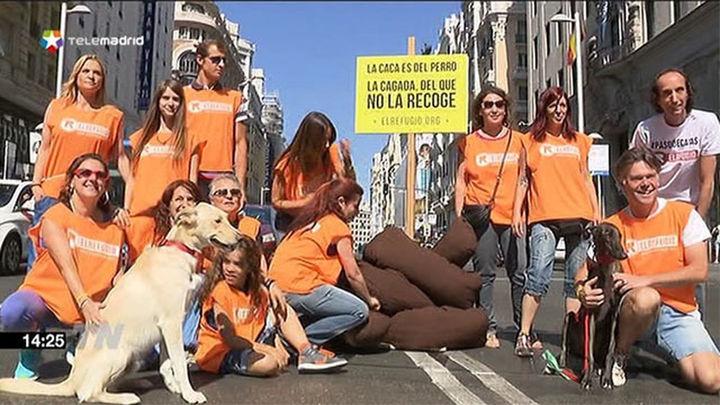 El Refugio planta una caca de diez metros en la Gran Vía de Madrid