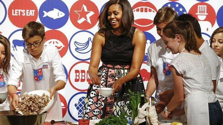 La primera dama estadounidense imparte una clase de cocina en Italia