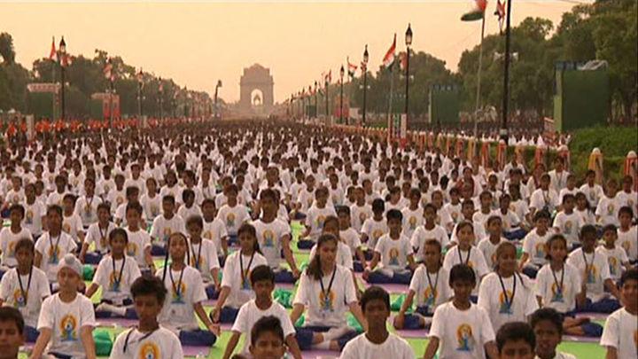Miles de yoguis celebran un masivo primer día mundial del yoga en la India