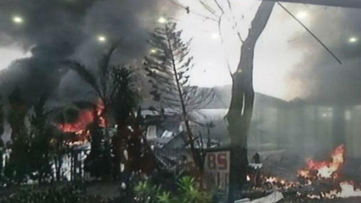 Al menos 36 muertos y 3 heridos al estrellarse un avión militar en Indonesia