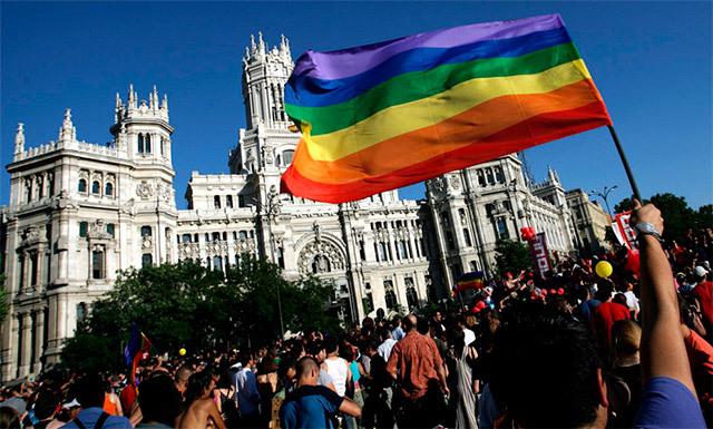 28 carrozas multicolor desfilan desde Atocha hasta la plaza de Colón