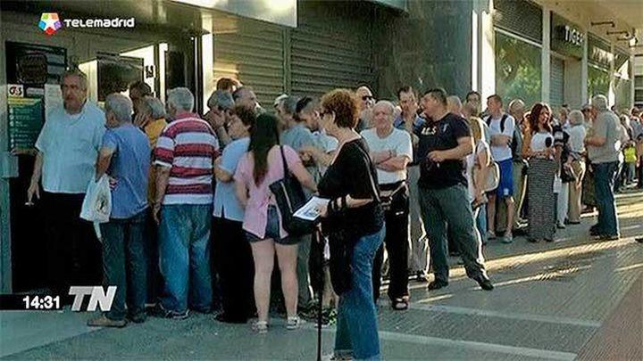 Colas de jubilados griegos para cobrar tras extenderse el corralito