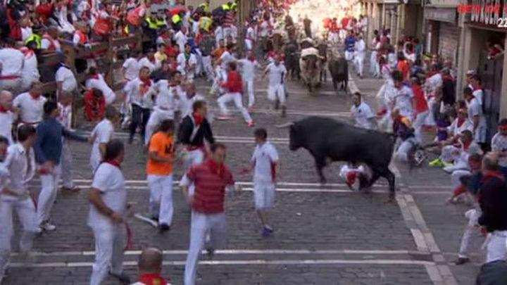 Sanfermines: Cinco heridos en el encierro con un toro adelantado de la manada creando peligro