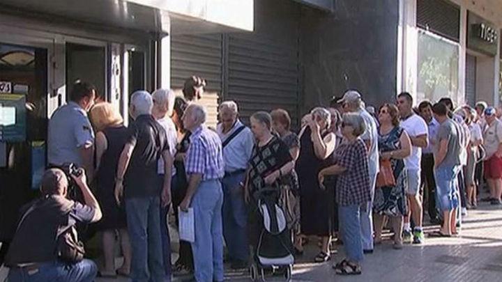 Reabren los bancos en Grecia pero se mantienen los controles de capital
