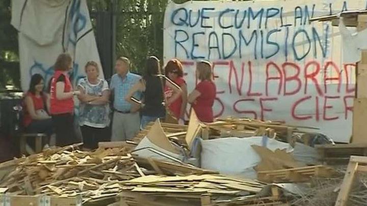 Los trabajadores de Coca Cola inician cursos de formación mientras sus mujeres vigilan su campamento