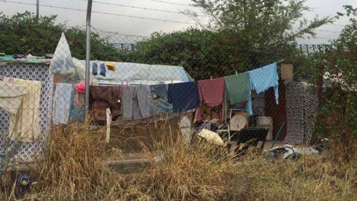Familias de gitanos rumanos viven en chabolas frente al Museo del Ferrocarril