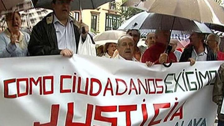 Medio centenar de personas se concentra en Sevilla en favor de la juez Alaya