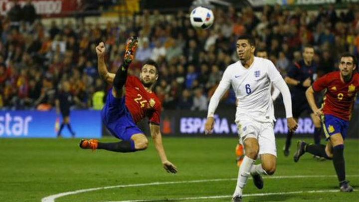 2-0. Un golazo de Mario y otro de Cazorla acaban con la resistencia de Inglaterra