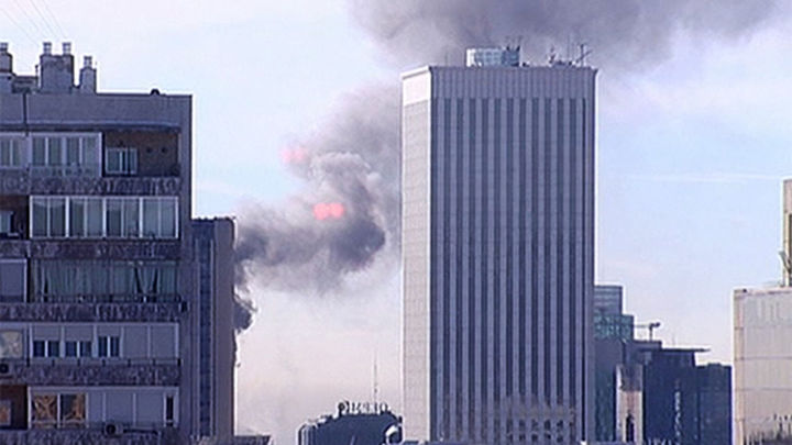 Los bomberos controlan un incendio con mucho humo en un edificio de Azca