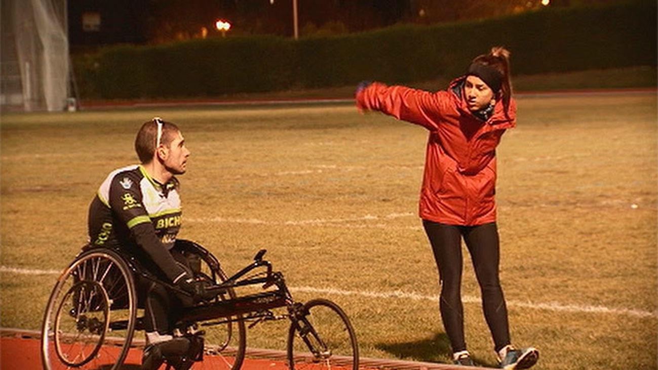 Álvaro entrena fuerza y resistencia con ayuda de Adriana