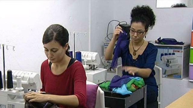 Trabajadoras en taller de costura