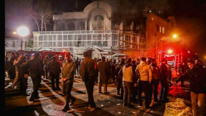 Manifestantes incendian la embajada de Arabia Saudí en Teherán
