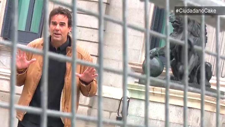 Detenido en el Valle de los Caídos el reportero Cake Minuesa con una cámara