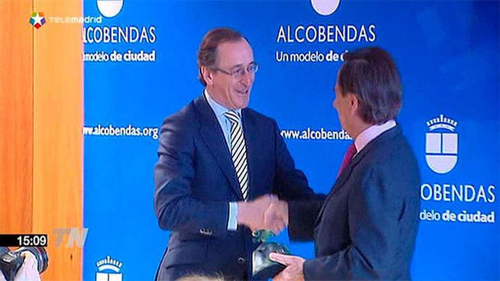 Alonso entrega a Alcobendas un premio por su labor contra la violencia machista