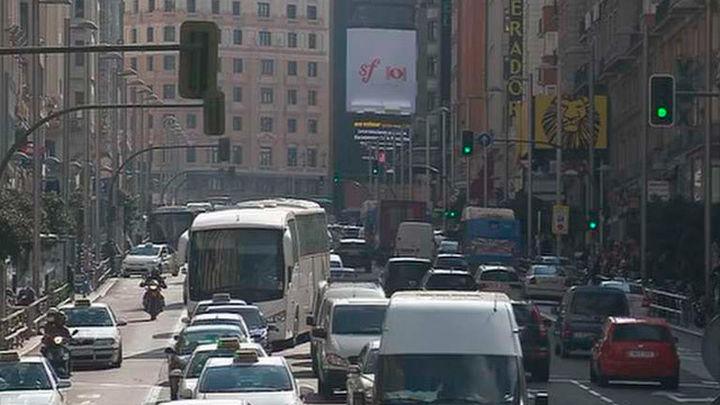 Edificios de nueva construcción sostenibles  y control a los  tubos de escape contra la polución en Madrid