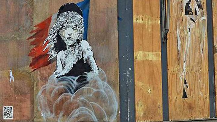 Banksy critica en un mural la actuación de las fuerzas de seguridad francesas con los refugiados