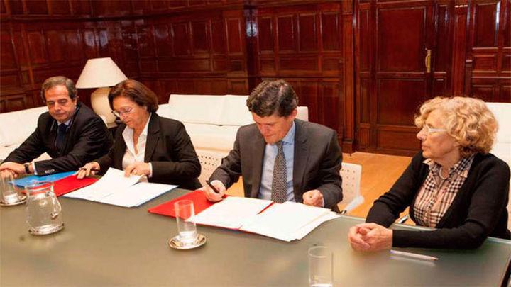 Carmena apuesta por tener más vivienda pública en la firma del convenio con Sareb