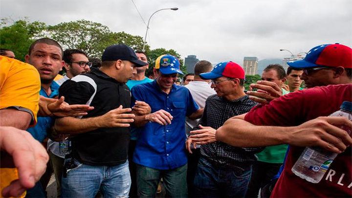 La Policía agrede a Capriles y el chavismo reprime la marcha de la oposición