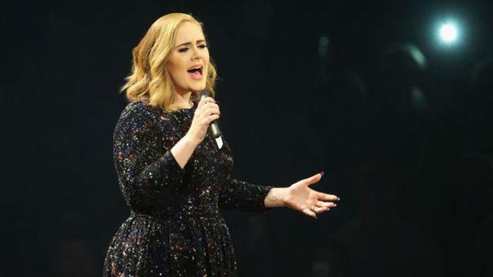 Adele conmueve con su música en Barcelona