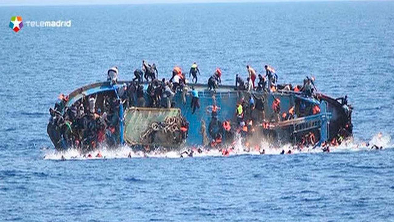 La barcaza con inmigrantes volcada