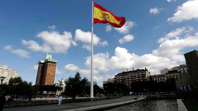Izado de la bandera en la Plaza Colón