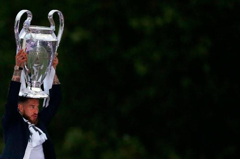 Sergio Ramos alza la Copa en Cibeles