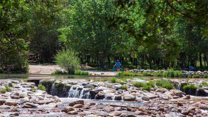 La región dispone de cuatro zonas naturales aptas para el baño