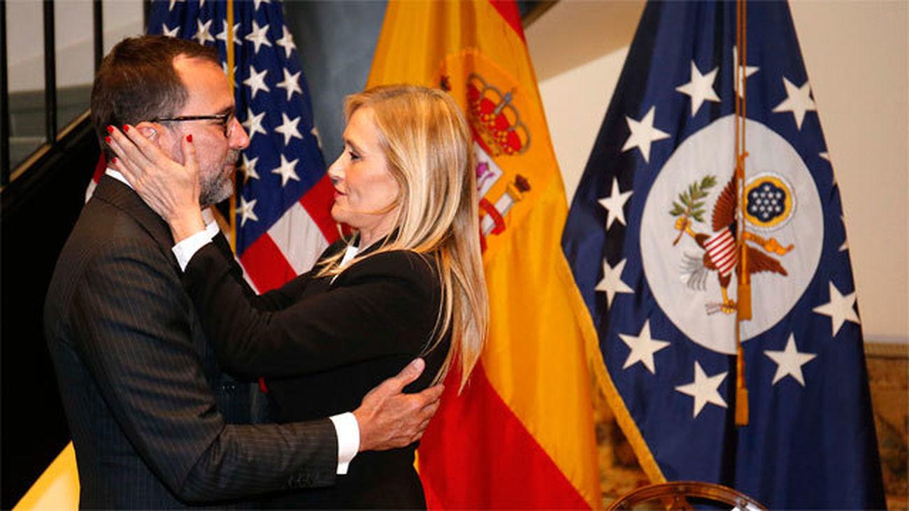 Cifuentes firma en el libro de condolencias abierto en la Embajada de EEUU