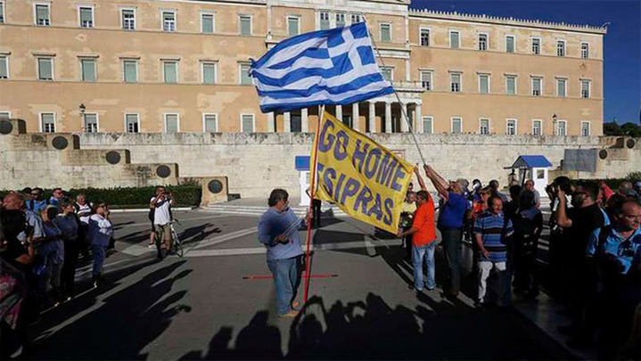 Miles de personas piden en Atenas la dimisión del Gobierno de Tsipras
