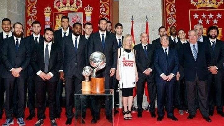Cifuentes y Carmena reciben al Real Madrid en Sol y Cibeles
