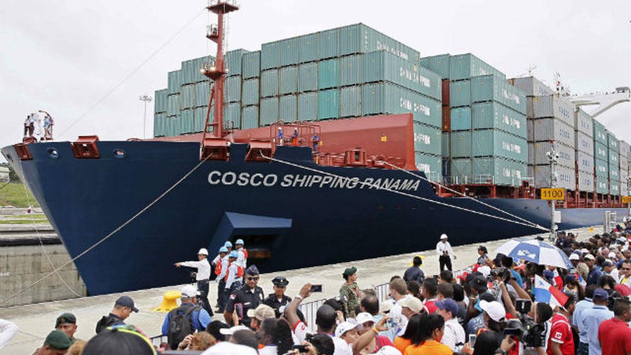 Panameños observan el buque Cosco Shipping Panamá