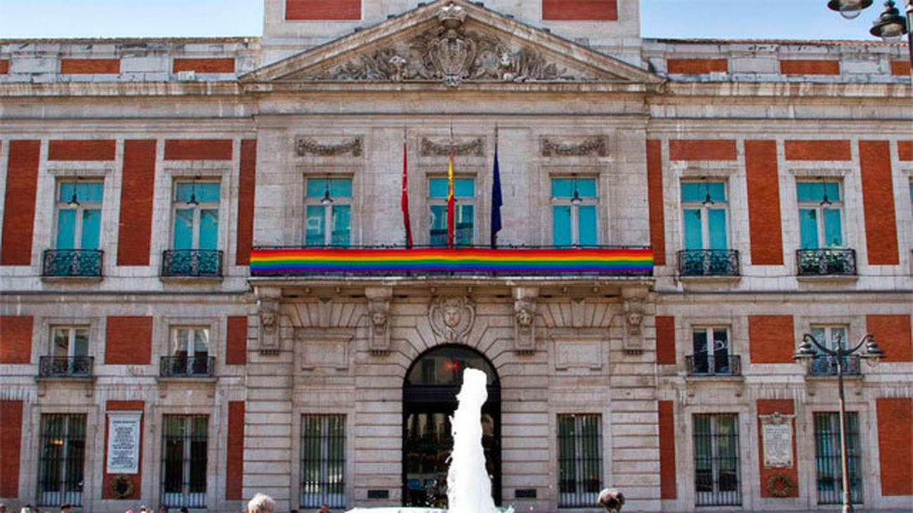 La bandera arcoíris luce en Sol y Cibeles