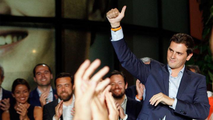 """Rivera emplaza a PP y a PSOE a negociar ya sin """"sillones"""" por delante"""