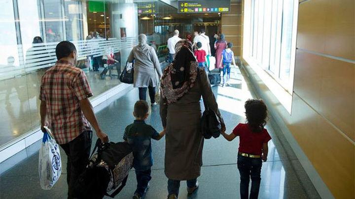 La secretaria de Inmigración recibe en Barajas al primer grupo de refugiados del Líbano
