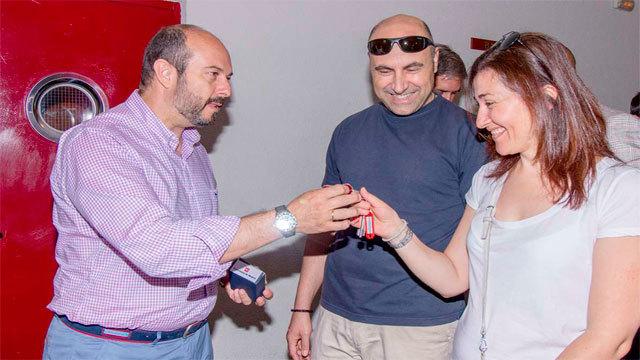 Pedro Rollán entrega las llaves de una de las viviendas