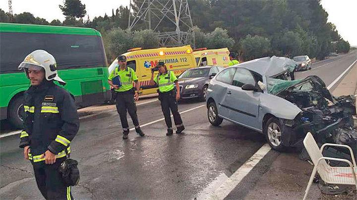 Un fallecido y 10 heridos al colisionar un turismo y un autobús en la M-302
