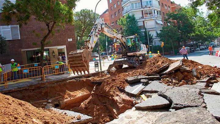 El reventón en una tubería causa un socavón de tres metros en Barcelona
