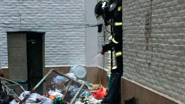 Tres intoxicados leves en el incendio de una vivienda llena de basuras en Delicias