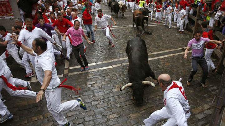 Encierro rápido de los toros de Núñez del Cuvillo, con un corneado en la plaza del Ayuntamiento