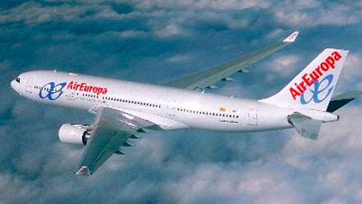 Un avión procedente de Madrid aterriza de emergencia por un posible infarto