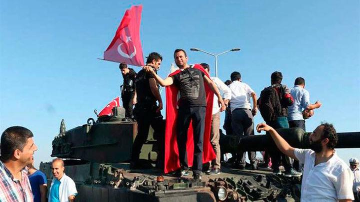Detenciones masivas de militares y jueces tras el fallido golpe en Turquía
