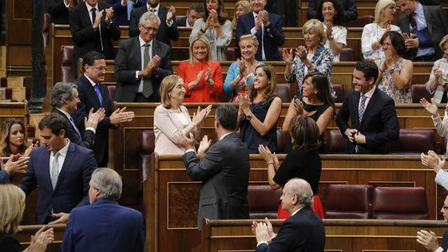 Los diputados aplauden a la ministra de Fomento en funciones, la diputada del PP Ana Pastor, tras ser elegida hoy nueva preside